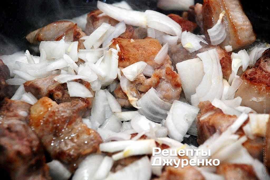 Шаг 4: Лук очистить, нарезать соломкой и добавить после того, как мясо стало румяным