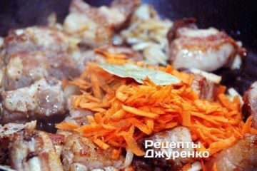 Далее натереть в бигос на крупной терке очищенную морковку