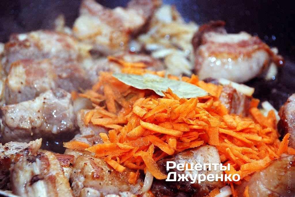 Шаг 5: Далее натереть очищенную морковку