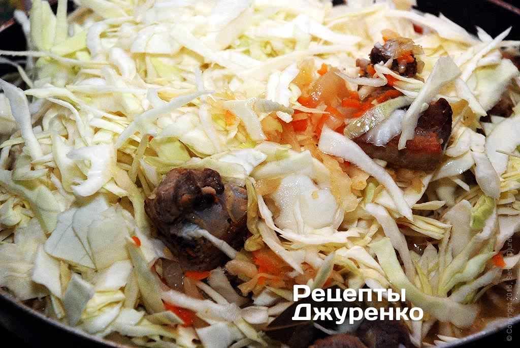 Шаг 9: Добавить свежую нашинкованную капусту в сотейник