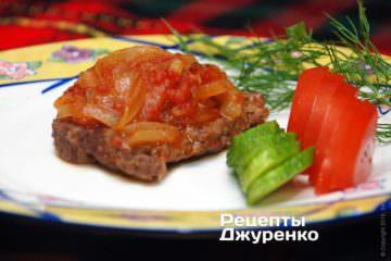 Викласти відбивні з яловичини на тарілки