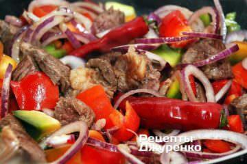 Добавить к мясу перец, лук и томаты