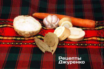 Корни, чеснок и лавровый лист