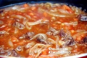 Тушить мясо с луком и томатом под крышкой