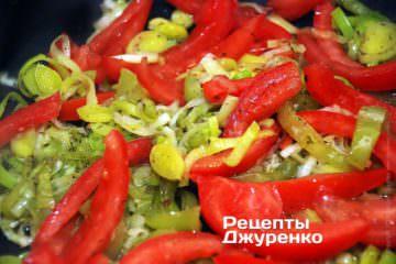 Добавить нарезанный дольками помидор и чеснок