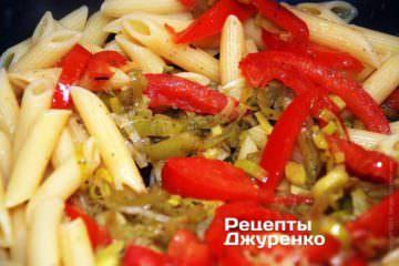 Смешать пасту и овощной соус