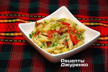 Фото рецепта макароны с луком (пореем)
