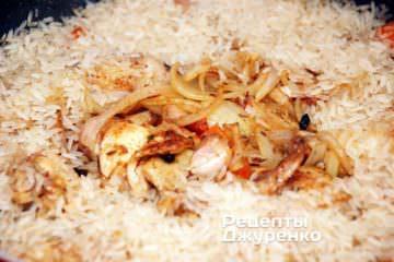 Добавить промытый рис