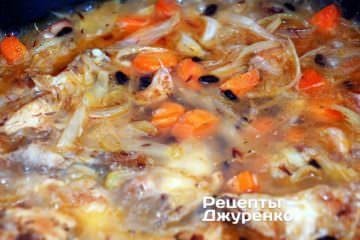 Добавить воду и варить рис под крышкой