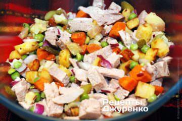 Смешать салат и подготовить заправку