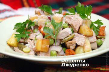 Выложить салат на тарелки