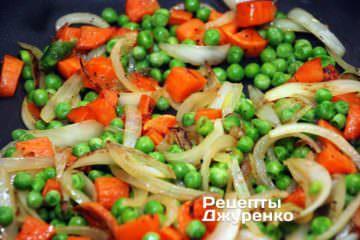 Добавить отваренный зеленый горошек