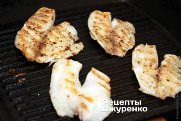 Смажити рибу на грилі з двох сторін