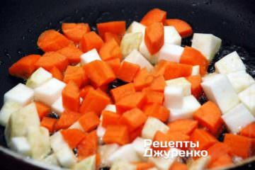 Одновременно обжарить кубики морковки и корня сельдерея