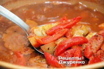 Добавить нарезанный соломкой сырой помидор