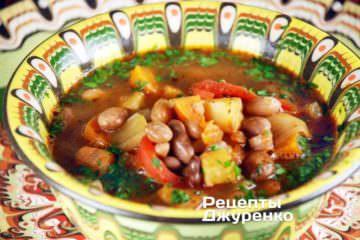 Суп из фасоли сразу же, не давая остыть, разлить по тарелкам и подавать к столу