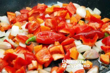 Добавить нарезанный красный сладкий перец