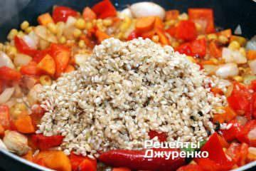 Добавить промытый коричневый рис