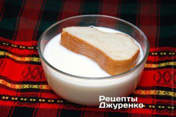 Суху булку замочити в теплому молоці
