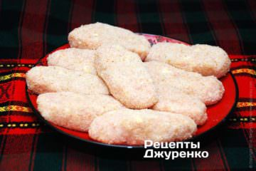 Тщательно обвалять котлеты из куриной грудки в панировочных сухарях