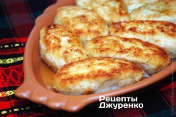 Далее котлеты из куриной грудки вместе со сковородкой поставить в разогретую духовку