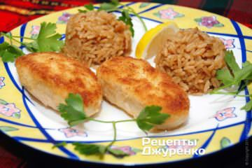В качестве гарнира котлеты из куриной грудки хорошо сочетаются с рисом