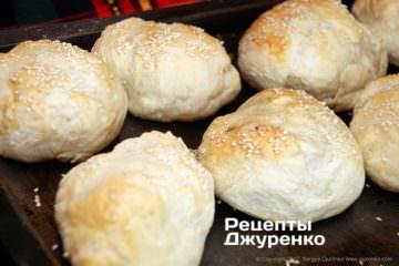 испечь булочки