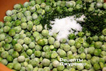 Горошек и нарубленную зелень сложить в кастрюлю
