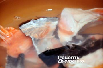 Сварить бульон из остатков рыбы