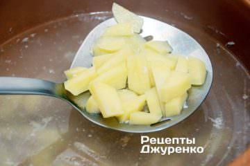 Додати в бульйон нарізану картоплю