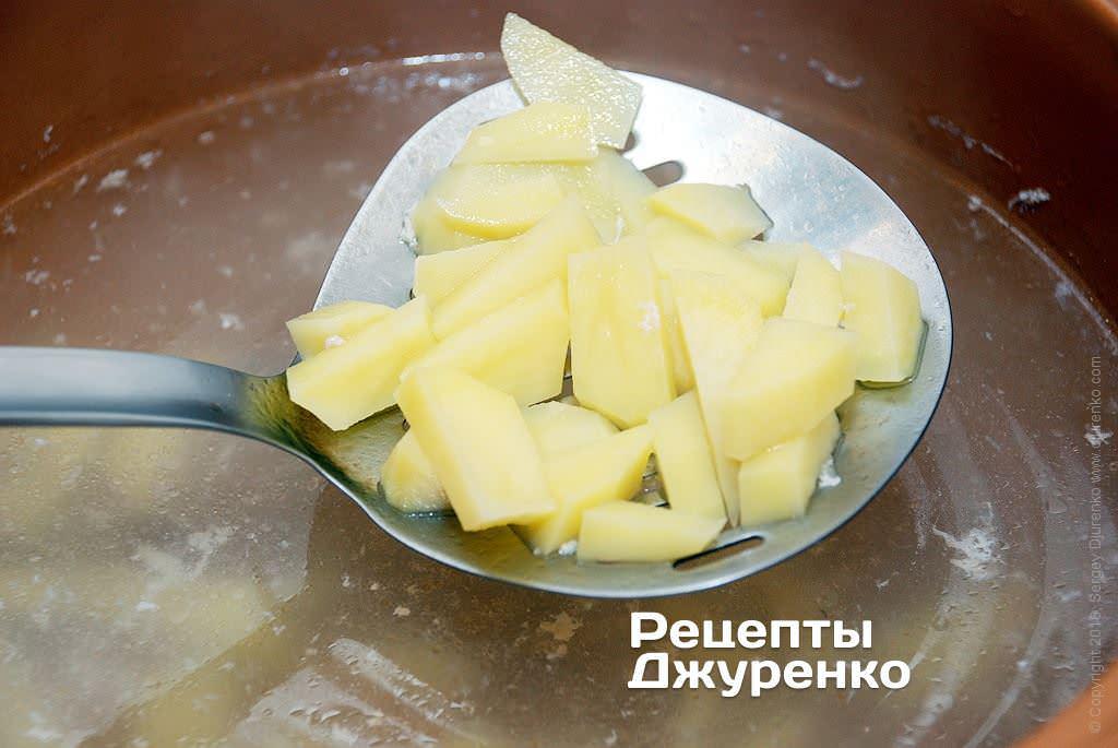 Шаг 4: Добавить в бульон нарезанный картофель