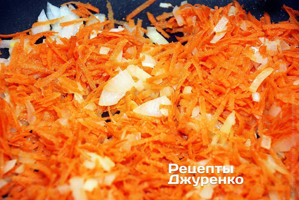 Шаг 6: На сливочном масле обжарить лук и морковку