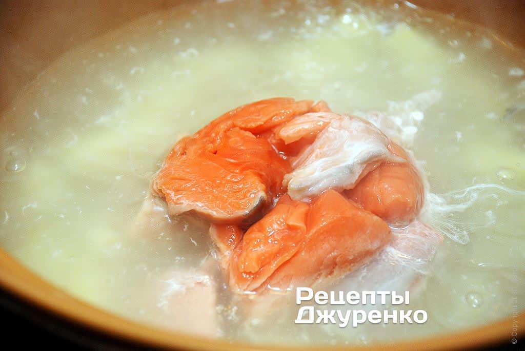 Шаг 5: Добавить нарезанную крупными кубиками красную рыбу