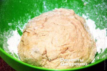 Скачати тісто в кулю і поставити в тепле місце на 1 год