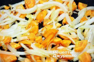 Обжарить морковку и лук