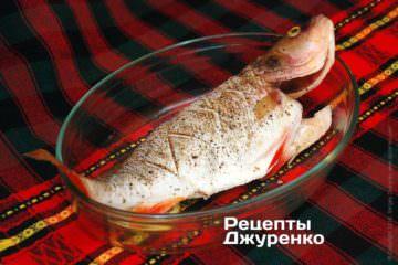Уложить рыбу на противень