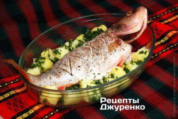 Выложить подготовленную картошку и посыпать зеленью