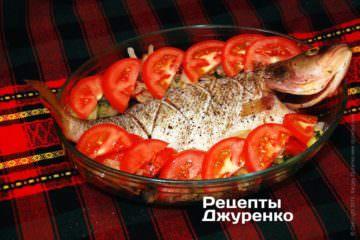 Равномерно разложить тонко срезанный помидор