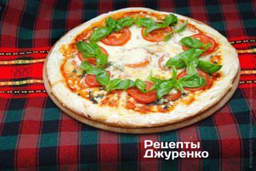 Піца з помідорами, базиліком та моцарелою