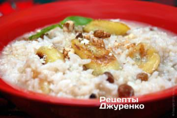 .разложить рис на тарелки