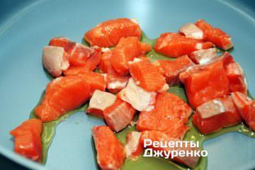 Выложить рыбу в горячее масло