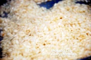 Додаючи бульйон варити рис