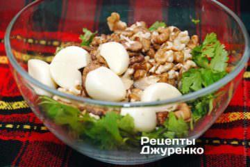 измельчить кинзу, орехи и чеснок