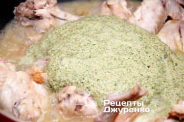 Додати соус баже до тушкованої курки