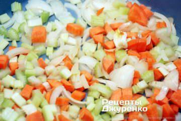 додати морквину і нарізану стеблову селеру