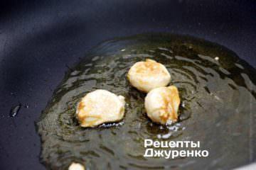 Обжарить чеснок на оливковом масле