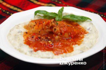 Викласти на тарілку соус бегенді