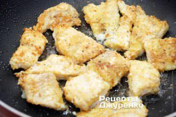 Обжарить рыбу до образования румяной корочки