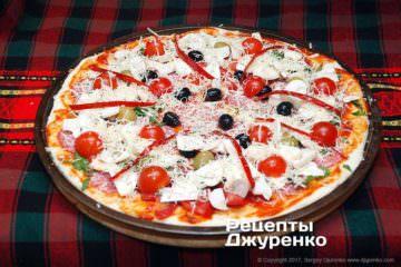 посыпать пиццу сыром