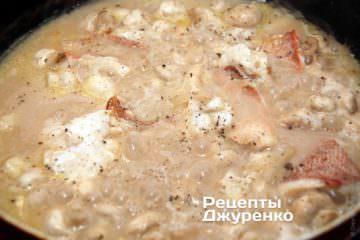 Тушить рыбу в соусе до готовностиф